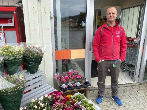 VELKOMMEN: - Velkommen til Handle lokalt-dag nå på lørdag, sier butikksjef ved Coop Marked Mosvik, Erik Tangstad.