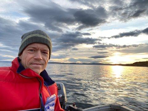 SKREMT: Leif Sigurd Hafsskjold bor i Trondheim, men har hytte på Straumen. Da han søndag for en uke siden skulle passere under Straumbrua med sin 14 fots åpne båt, fikk han en svært ubehagelig og skremmende opplevelse.