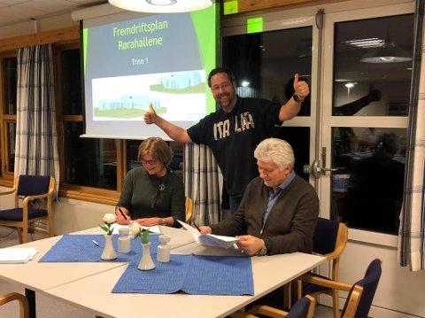 SIGNERING: Rørahallene AS sin styreleder Margareth Halle signerer kontrakten med hovedentreprenør Kvernmo til jubel av kampsportgeneral Geir Øyen.