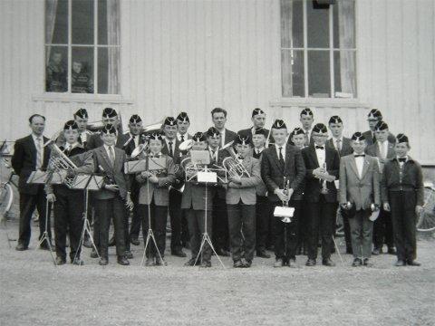 LURLÅT ANNO 1961: Dette er Musikklaget «Lurlåt» fotografert utenfor Heradshuset på Sandvollan i 1961. En ungdommelig gjeng, men bare gutter!