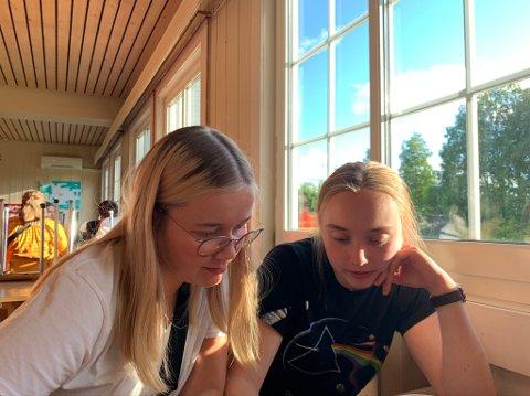 LEDERE: Nestleder (f.h) Kjersti Sofie Heglum Kirkedam og leder Eydis Bjøru er motiverte for et nytt år i AUF. Bildet er fra fjorårets sommerleir.