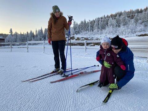 DEBUTERTE: Torsdag denne uka fikk Tiril (21 måneder) prøve å gå på egne ski for aller første gang sammen med mamma Vibeke Damås og pappa Truls Snerting.Debuten var på Petter Northug Skistadion.