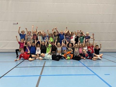 TRIVES: Elever ved Røra og Utøy skole har deltatt i prosjektet Kast Ballen, og avsluttet dagen med en felles håndballcup.