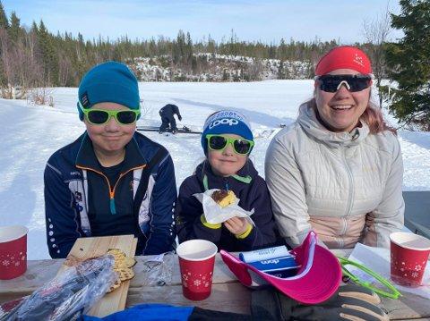 BRILLEFIN: Sander, Nora og Ihna Nyborg hadde funnet vegen til skiløypene, og kosa seg med bålvaffel etter målgang. Nora og Sander i matchende solbriller ervervet som deltakerpremier. Vårlonken 2021