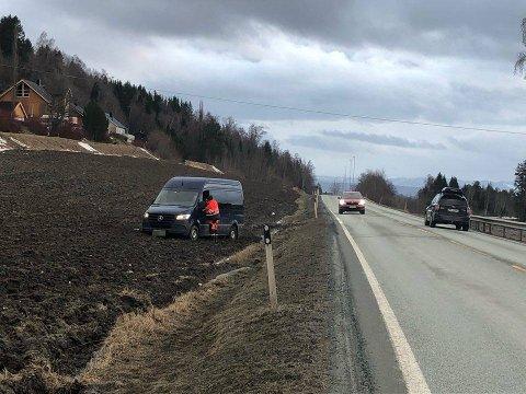 PUNKTERING: Minibussen som punkterte på E6 endte ferden på et jorde på Røra.