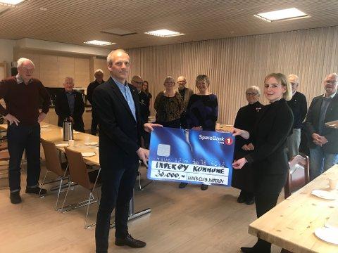 HJERTESTARTERE: Ordøfer Ida Stuberg kunne sist uke motta et pengebeløp fra Lions Club Inderøy i forbindelse med klubbens 40- årsjubileum.