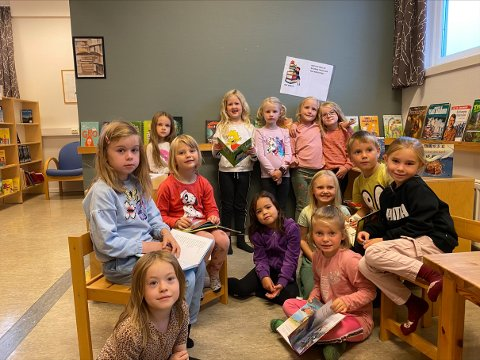 LESEHESTER: Denne flotte gjengen i 1.klassen på Sandvollan er ivrige på å lese. Mange av de har deltatt på årets  Sommerles. De forteller at de har lånt bøker på skolebiblioteket på Sandvollan og på Inderøy   Bibliotek.