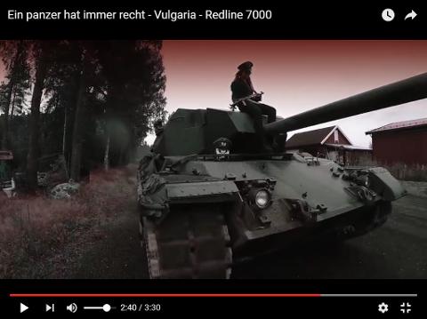 RØFT: Videoen inneholder en panservogn og en vaskeekte Kalashnikov.