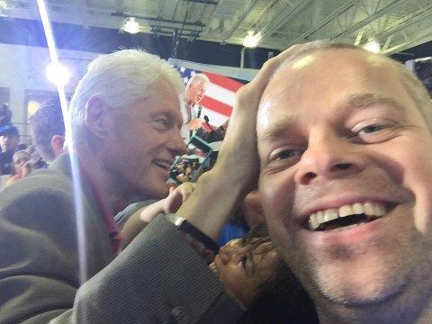 Bill Clinton legger hånda si på Steinar Ottesens hode. Et magisk øyeblikk for Clinton-tilhengeren.
