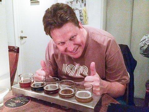 """ALT PÅ ETT BRETT: Smaksprøver på """"planker"""" i små glass, for å rekke å smake på flere slag slik at gjesten slipper å bøtte nedpå i halvlitervis, er et noe mange ølpuber i 2016 serverer."""