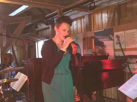 OLYMPISK SANGER: Stina Stenerud kom hjem til sine egne og underholdt på Fetsund lenser lørdag kveld. Til høyre for Stina skimtes Palle Wagnberg, som boblet over på Hammond B3-orgel. Begge foto: Roger Ødegård