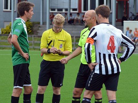 Dommer Fred Antonsen måtte ta en alvorsprat med Tom Erik Grandre (GIF) og Eivind Damstuen (Kløfta).
