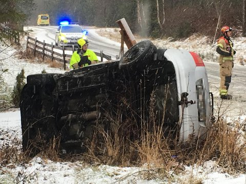 Vippet rundt: Føreren av denne bilen ble sendt til skadelegevakta.