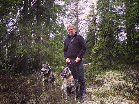 Fikk besøk av to ulver: LSK-legenden Bård Bjerkeland har bodd i Aurskog de siste årene. I dag fikk han og samboeren besøk av to ulver hjemme på gårdsplassen. En av familiens fem hunder kjemper for livet etter å ha blitt av den ene ulven.