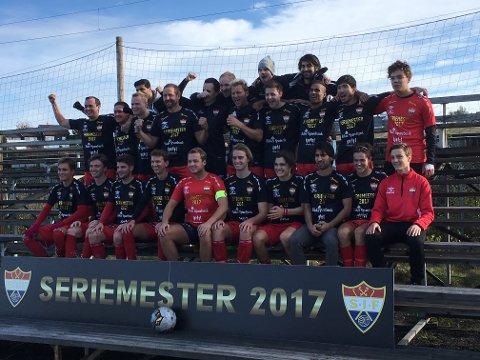 Suverne mestere: Sørumsand-spillerne ble hyllet og fototgrafert etter den suverene sesongen de har hatt i 5. divisjon.