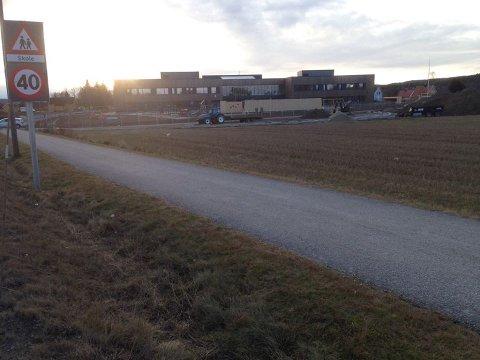 FORSØKTE Å LOKKE MED SEG GUTT: Det var her, langs gangveien mellom Bjørkelangen skole og Bilkroa en mann prøvde å lokke med seg en gutt fredag ettermiddag. FOTO: ROGER ØDEGÅRD