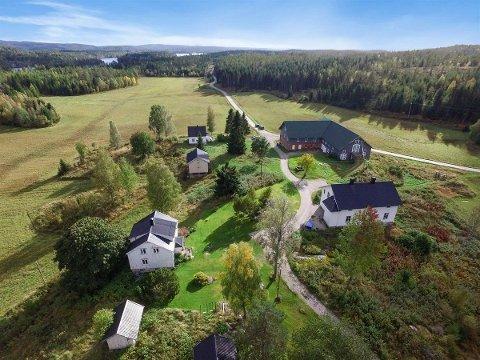 SOLGT: Skjeggenes på Setskog har idyllisk gårdstun med flere hus. Nå er eiendommen kjøpt av en familie fra Østlandet. Foto: Proaktiv Eiendomsmegling