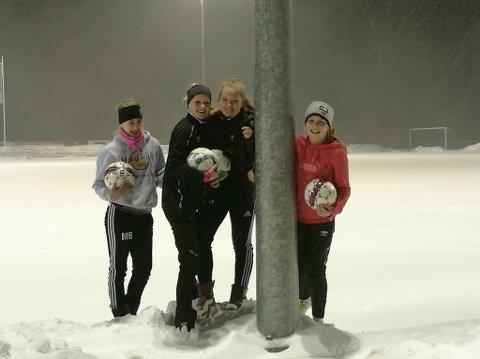 TRENGER FLERE SPILLERE: Nora Larsson Jørgensen, Josefine Tyrihjell, Emma Berg Halvorsen og Mina Børresen på SHIL J15 ønsker seg flere lagvenninner. FOTO: PRIVAT