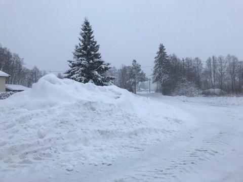 KLAR OPPFORDRING: Sørum kommune ber innbyggerne om å ikke måke snøen ut i veien igjen. ILLUSTRASJONSFOTO: ROGER ØDEGÅRD