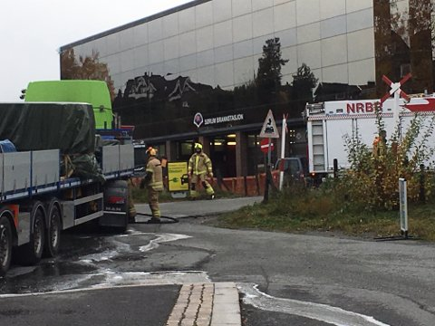 Kort vei: Traileren det brant i stoppet rett ved brannstasjonen på Sørumsand. Foto: Svein Samuelsen