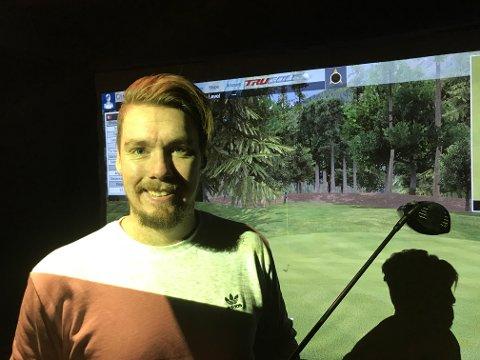 Åpner i helgen: Daniel Ekeberg (bildet) og André Sandby har startet Romerike Simulatorsenter i Aurskog Golfpark. Foto: Bjørn Ivar Bergerud
