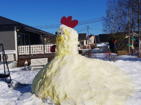 – Høna har vært en morsom  innslag i gata.  God påske til mine kjære og naboer, sier Siv Helen Gustavsen.