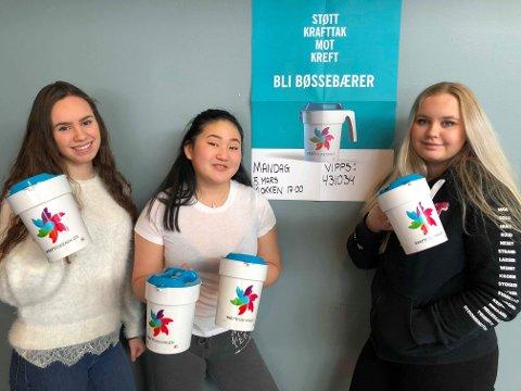 Bøssebærere: Kjerstin Vestby (F.v.) , Noora Kinn, og Inga Huus i skolens Krafttak mot kreft komité er klare for å samle inn penger til kreftofre.