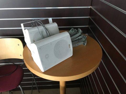 Høyttalere som skal brukes med prosjekter i det nye klubbhuset ble også funnet igjen i en bag.