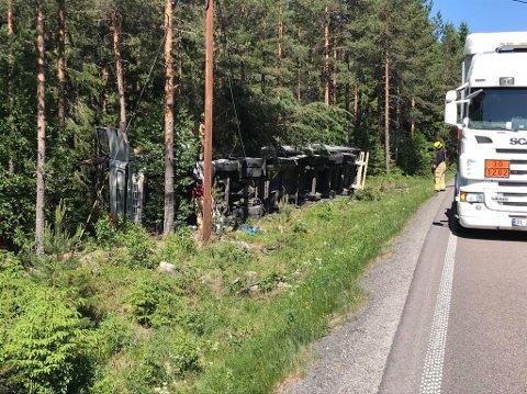Havnet i skogen: Traileren veltet på fylkesvei 21. Foto: Roger Ødegård