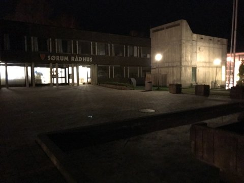 Fortsatt lyst: Til tross for at de ansatte ikke jobber søndager, var det flust av lys på rådhuset i Sørum denne helgen.