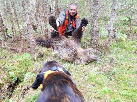 SKJØT BJØRN: En rørt Sten Erik Hagen fra Aurskog skjøt en bjørn på rundt 100 kilo i Dalarna i morgentimene onsdag. BEGGE FOTO: PRIVAT
