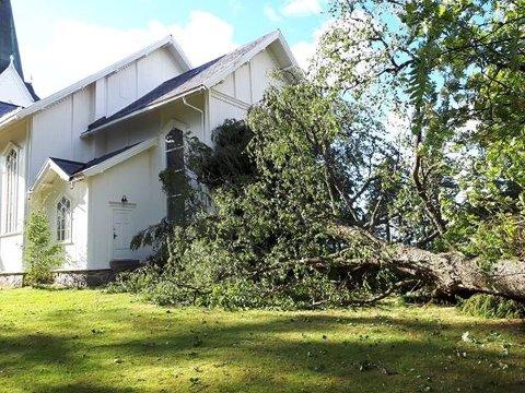 De kraftige vindkulene som herjet i distriktet for en drøy måned siden, felte et tre som igjen knuste et unikt blyglassvindu i Aurskog kirke. Foto: Privat
