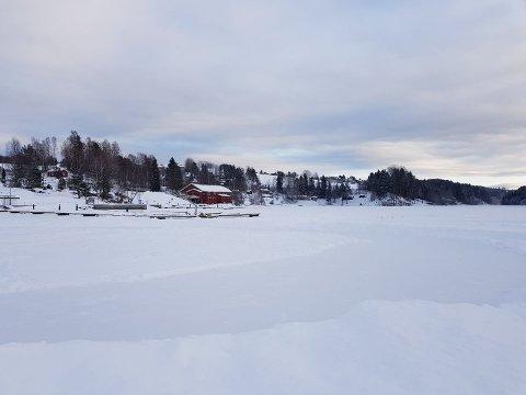 Skøytebanen for barn og unge i Gansvika snør igjen og kan ikke lenger brøytes med ATV. Om så skjer, vil vedkommende som brøyter bli anmeldt og risikerer en bot på 30.000 kroner. Foto: Privat