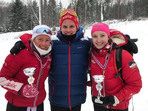 Emilie Lysaker Høgne (t.h.) og Kristina Bergquist sto øverst på pallen i i hver sin klasse under helgens kretsmesterskap i fristil, mens Daniel Bergquist endte på andreplass i sin klasse. Foto: Privat