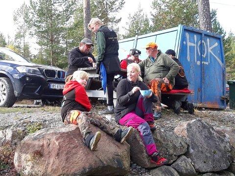 SOSIALT FOR LITEN OG STOR: Bjørkelangen JFFs tradisjonelle fårikålskyting trakk folk i alle aldre.