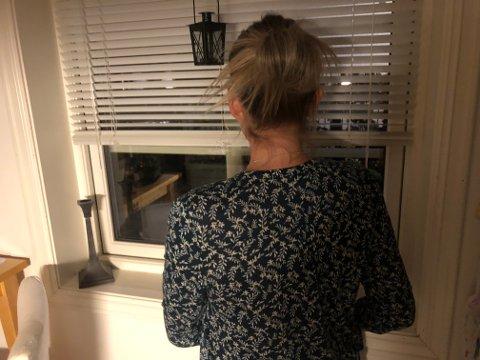 LIVREDD: Kvinnen i Nybyen ble livredd da en mann hang inn på stuevinduet hennes, banket på og dro i vinduskarmen.