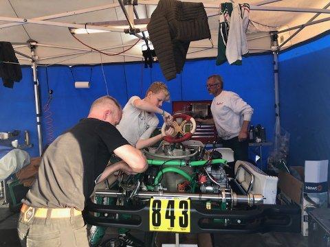 PAPPA ER MEKANIKER: Svein Heiberg (i bakgrunnen) fungerer som mekaniker for Felix.