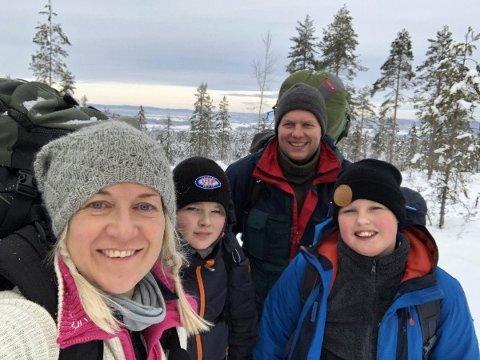 PÅ HJEMTUREN: Christine Abbot (t.v.), hennes sønn Otto, Arild Hartmann og hans sønn Severin, her på vei hjem etter en flott natt ute.