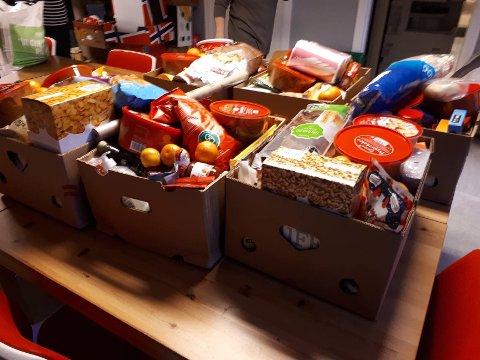 HJELP: Bare søndag var Morten Rognan i Julehjelpen i Aurskog-Høland ute hos fire trengende med disse velfylte kassene med forskjellige matvarer. Nå begynner bidragene å strømme på.