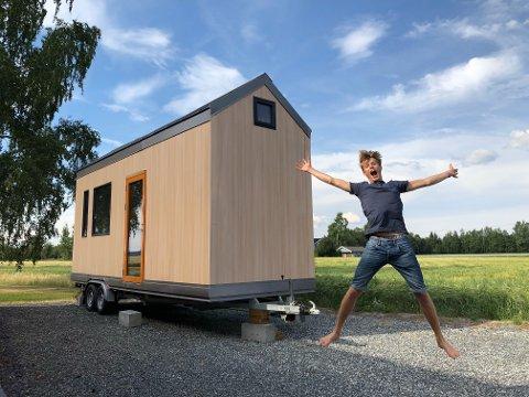 Stolt: Student Sigurd Randby fra Sørumsand foran sitt minihus til 300.000 kroner. Alle foto: Privat