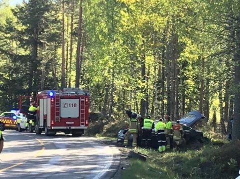 Av veien: To biler kolliderte og havnet i grøfta på fylkesvei 21 på Setskog onsdag morgen. Foto: Anne ENger Mjåland
