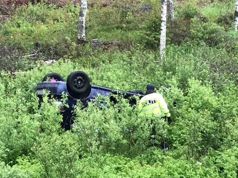 Kjørte av veien: Bilen ligger i et skogkratt, 20-30 meter fra Kompveien. Foto: Anne Enger Mjåland