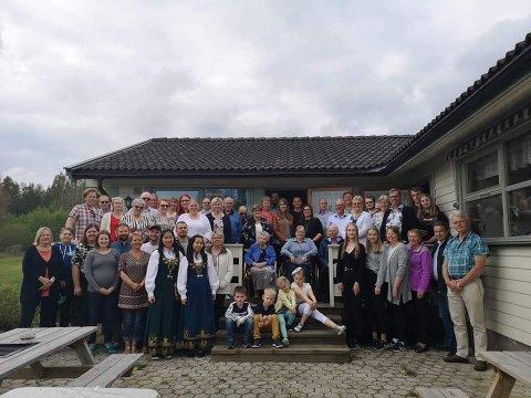 50 personer fra samme slekt, samlet på trappa ved Skulerud grendehus.