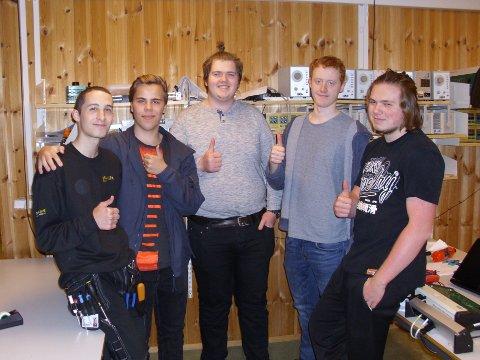 Ferdige med eksamen: BVS-elevene Mikail, Aleksander, Lars Inge, Andre og Stian.