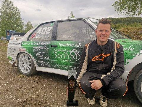 Hans-Jøran Østreng kom på andreplass i A-finalen, men takket være god kjøring i innledende omganger leder hølendingen sin klasse sammenlagt i rallycross-NM. Foto: Privat