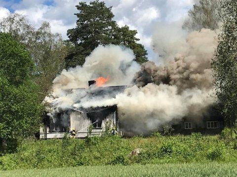 Huset er overtent og brannmannskapene jobber med å få kontroll på flammene. Foto: Bjørn Ivar Bergerud