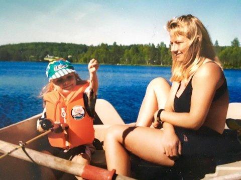 LYKKELIGE SOMMERDAGER: Trine Jørgensen og datteren Tina fotografert i et lykkelig øyeblikk for lenge siden. Nå kjemper datteren for at mammaen skal få kreftbehandlingen som kan forlenge livet hennes. FOTO: PRIVAT