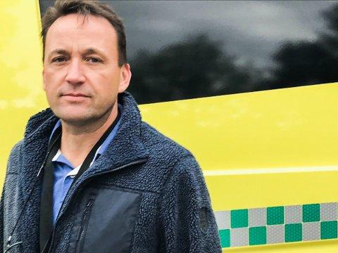 TAKKNEMLIG: De ansatte ved Aurskog-Høland ambulansetjeneste øver jevnlig for å holde seg faglig oppdatert. Pengene tjenesten får inn via donasjoner og pengegaver ved for eksempel begravelser brukes i dette arbeidet. – Det gir oss kompetanse som vi pløyer rett tilbake til lokalmiljøet. Det er vår måte å gi noe tilbake på, – som takk, sier enhetsleder Per-Johnny Kohlstrunk.