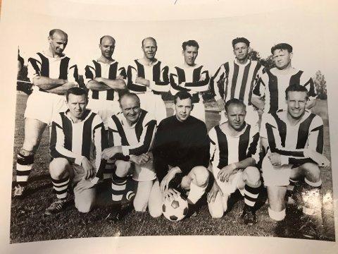 50-ÅRSMINNE: Den siste julidagen i år, er det 50 år siden disse staute Old boysspillere fra SHIUL møtte svenske Linghem på Bråtevangen. – Det ble hjemmeseier i «landskampen» forteller Kjell Lindahl, som fikk sin A-lagsdebut mot nettopp dette laget 19 år tidligere. Spillerne er bak fra v. Einar Slorafoss, Kjell Slorafoss, Thorleif Pettersen, Bjarne Lunde, Klemet Strand og Syver Østby. Foran fra v. Oddbjørn Karlsrud, Sigurd Nordberg, Kjell Lindahl, Harry Berger og Øyvind Ottesen.