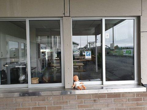 I VINDUSKARMEN: Dukken ble funnet her, utenfor det ene vinduet på hallen/kafeteriaen.